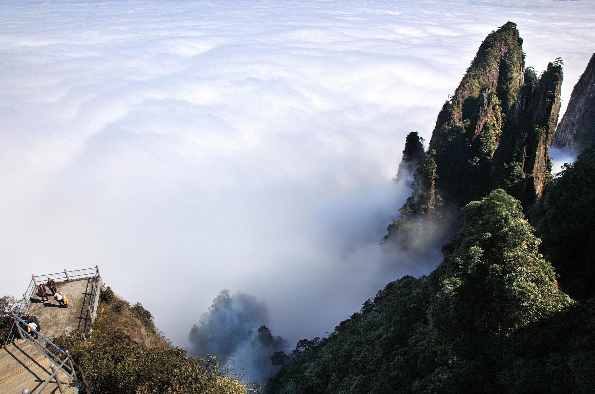5小时),天台山风景区主要以奇石峰,险崖为主,是莽山山峰雄伟奇险景观
